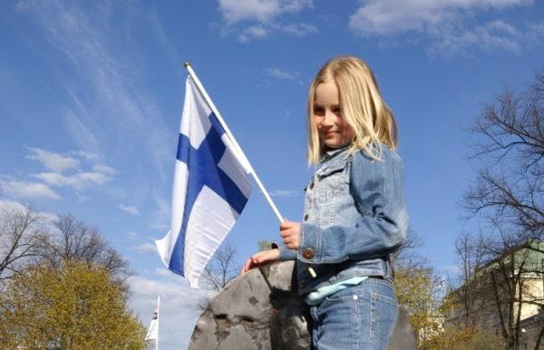 девочка с финским флагом