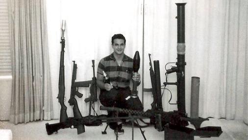 Félix Ismael Rodríguez, en su casa de Miami con armas de entrenamiento