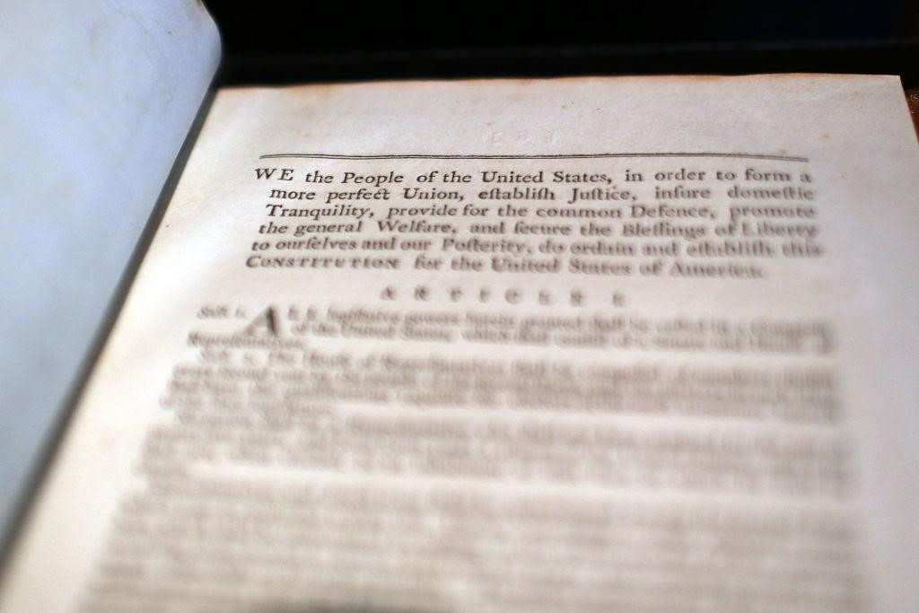 """Bản Hiến Pháp chỉ vẹn vẹn 4 trang với kích thước 73x60cm được cho là: """"Hiến pháp liên bang hoàn hảo nhất từng tồn tại""""."""