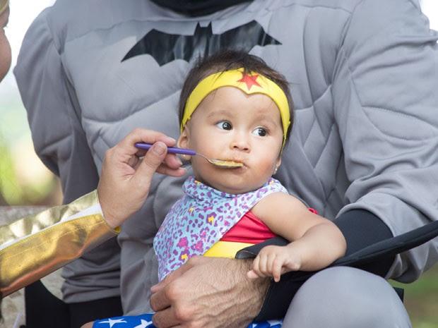 Pequena Mulher Maravilha almoça com o pai Batman (Foto: Paulo Lopes/Futura Press/Futura Press/Estadão Conteúdo)