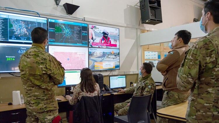 El COE en acción: la central de operaciones que está montada en Córdoba y brinda la lucha contra el COVID-19 fue elogiada por Organización Panamericana de la Salud. Foto: Macarena Prat Chretien.