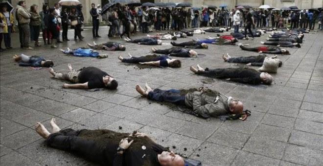 Performance del artista navarro Abel Azcona en la que entierra simbólicamente a decenas de familiares fusilados y exiliados de la Guerra Civil. Se realizó el pasado 1 de mayo.- EFE