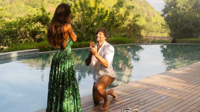 Jesus Luz pede DJ Carol Ramiro em casamento durante viagem