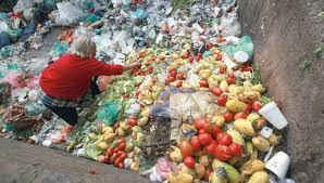 Pepenadores sacian su hambre con desperdicios navideños | RÉCORD