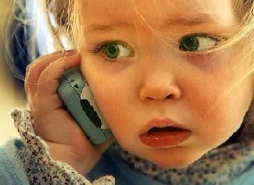 Behalve een wereldwijde test is digitale telefonie ook een verdergaande vervreemding van onze natuurlijk menselijk contacten. De digitale oma en opa hebben definitief hun intrede gedaan.