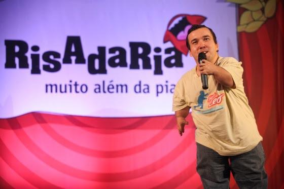 Contando piadas de anão, Gigante Léo conquistou o segundo lugar no concurso Risadaria e ganhou projeção nacional