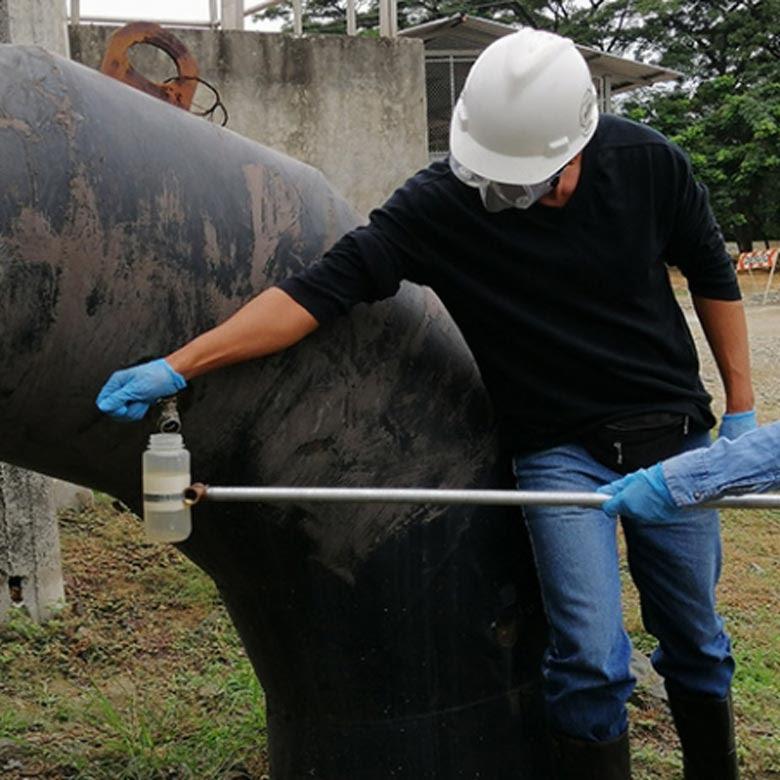 Toma de muestras aguas residuales para análisis de SARS-CoV-2 en Guayaquil, Ecuador. Foto cortesía: ESPOL