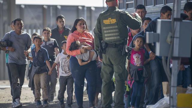 Câmara dos EUA aprova lei que abre caminho para legalização de milhões de migrantes