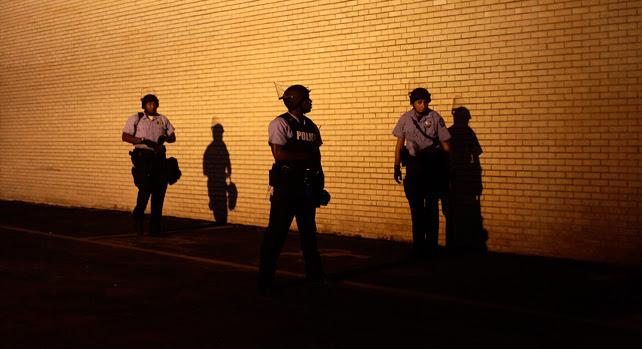 Agentes de la policía antidisturbios durante las protestas nocturnas en la ciudad de Ferguson, Misuri.