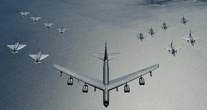 Un bombardero estadounidense B-52 liderando una formación de los cazas de la OTAN durante las maniobras, en 2016