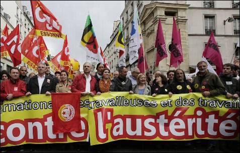 El líder de los sindicalistas franceses Thierry Lepaon participa en las marchas del Día del Trabajo en París, Francia.