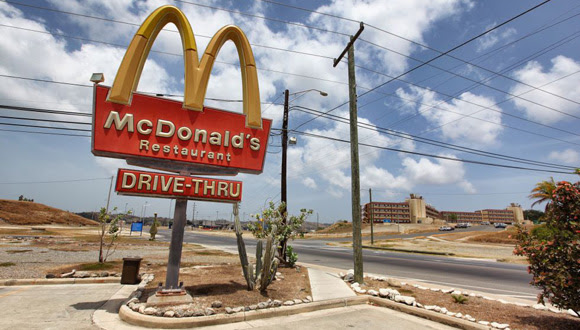 El local de McDonald's en la avenida principal de la base de Guantánamo se estableció hace 35 años y es un calco a cualquier otro establecimiento en Estados Unidos. Vende un producto especial de pollo para satisfacer la demanda de los numerosos contratistas filipinos que trabajan en la base.