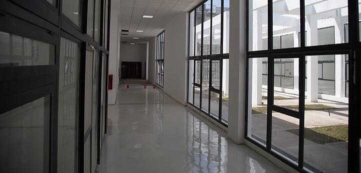 El nuevo edificio de la UNAHUR se construyó donde antes funcionaba la fábrica Tres Cruces.