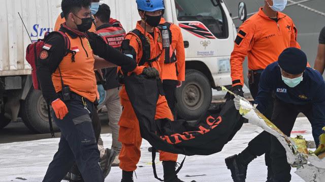 Indonésia encontra caixas-pretas de avião que caiu com 62 a bordo