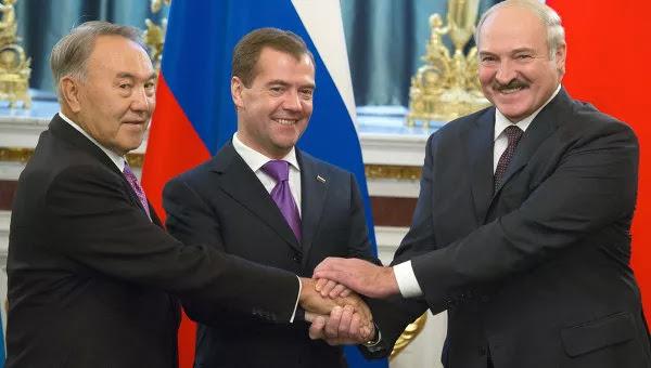 Рукопожатие Д.Медведева, А.Лукашенко и Н.Назарбаева