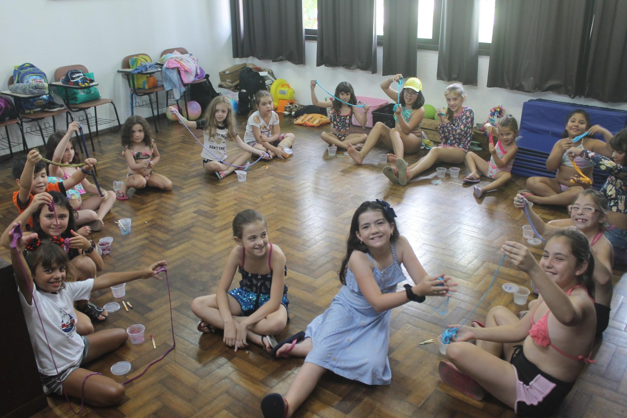 Pequenos na colônia de férias realizam atividade com slime na EVBL.