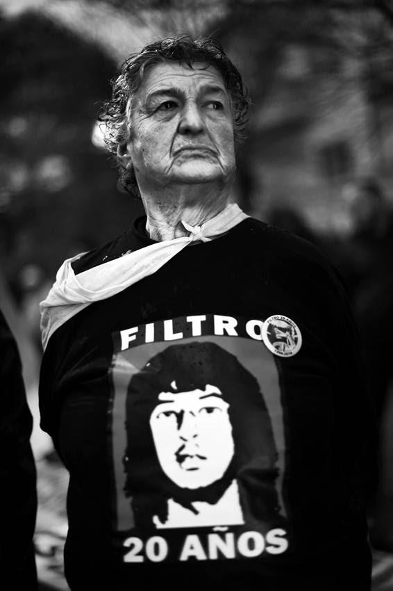 Norma Morroni, madre de Fernando Morroni, ayer en la marcha por los 20 años de los sucesos del Hospital Filtro, en los que resultó muerto su hijo. / Foto: Nicolás Celaya