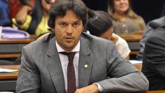 Bolsonaro recria Ministério das Comunicações e entrega a Fábio Faria