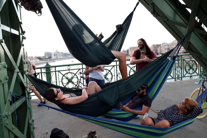 Sur le pont de la Liberté, à Budapest (Hongrie), en juillet.