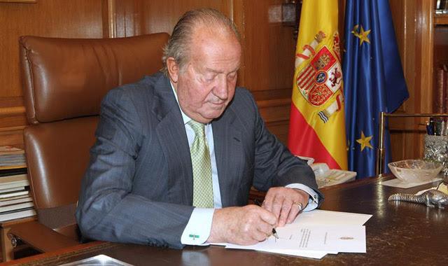 El Rey Don Juan Carlos ha firmando hoy el documento de su abdicación que, posteriormente, ha entregado al presidente del Gobierno, Mariano Rajoy, en el Palacio de la Zarzuela. EFE/Casa de S. M. el Rey