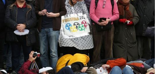 """Plusieurs centaines de manifestants se sont réunis ce dimanche 11 mars 2018 à Paris à l'appel du réseau """"Sortir du nucléaire"""" pour dénoncer le """"mythe d'un nucléaire sans danger""""."""