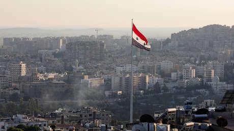 Una bandera de Siria ondea en el centro de Damasco, 15 de septiembre de 2018.