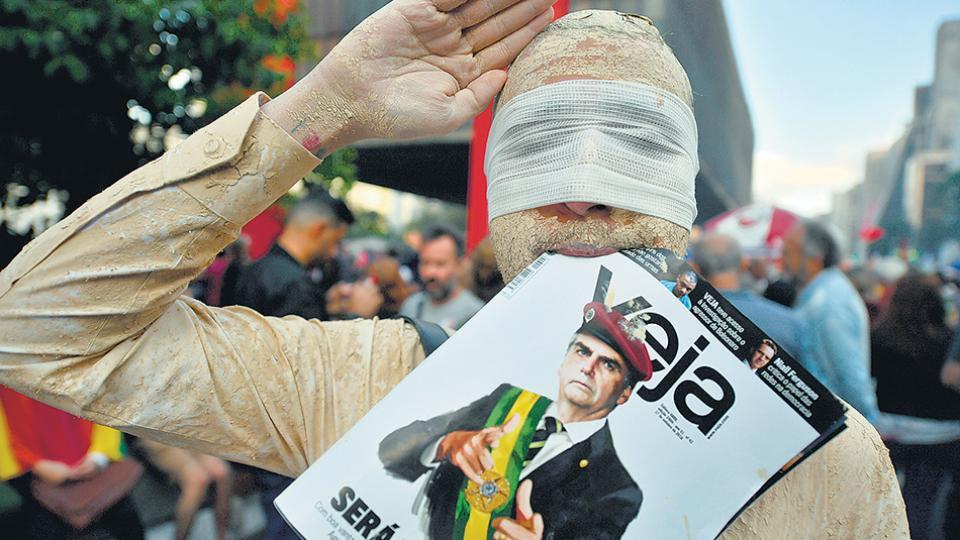 Un manifestante con los ojos vendados protesta en contra de Bolsonaro esta semana en San Pablo.