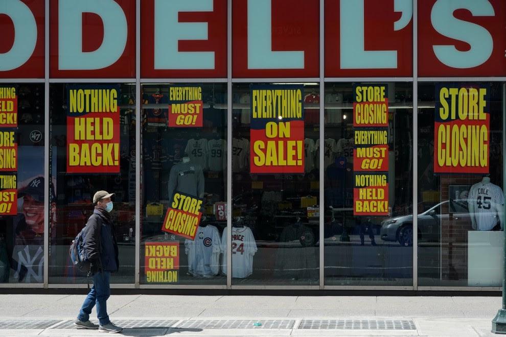 Un hombre pasa frente a una tienda cerrada por la crisis económica originada por la pandemia del coronavirus, en la ciudad de Nueva York. REUTERS / Bryan R Herrero