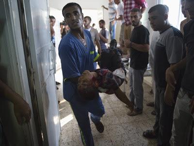 Un enfermero lleva el cadáver de un niño palestino a la morgue del hospital de Shifa.