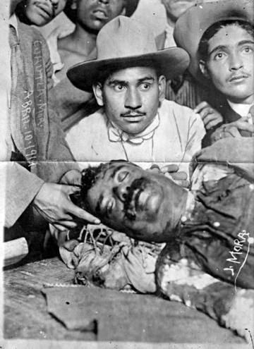 El cadáver de Emiliano Zapata, exhibido tras su asesinato el 10 de abril de 1919.
