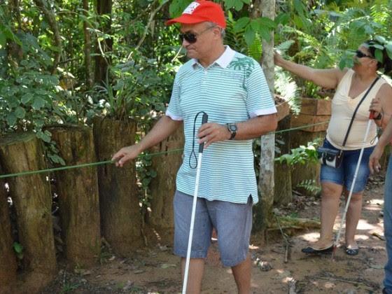 Deficientes fizeram todo percurso da trilha dentro do parque orientados por cordas-guia
