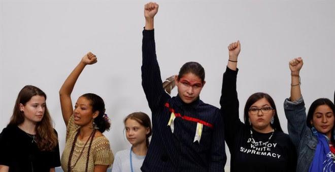 - La sueca Greta Thunberg (3i) junto a varios jóvenes activistas con los que ha participado en una rueda de prensa, en el marco de la XXV Cumbre de la Convención de Cambio Climático de Naciones Unidas (COP25) que se celebra en Madrid bajo el lema 'Tiempo