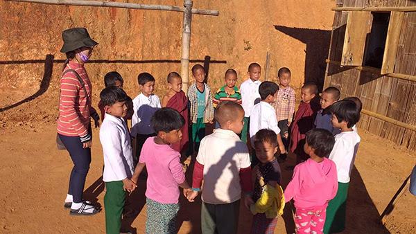 Chơi với trẻ em địa phương trong một chương trình GLC