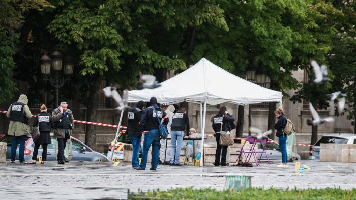 DIRECT. Attaque devant Notre-Dame : l'enquête se concentre sur le profil de l'assaillant