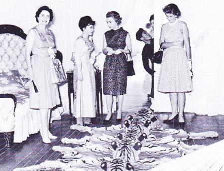 Bà Trần Lệ Xuân cho bà Johnson, bà em TT. Kennedy và bà Phu nhân Đại Sứ Mỹ xem những tấm da hổ.