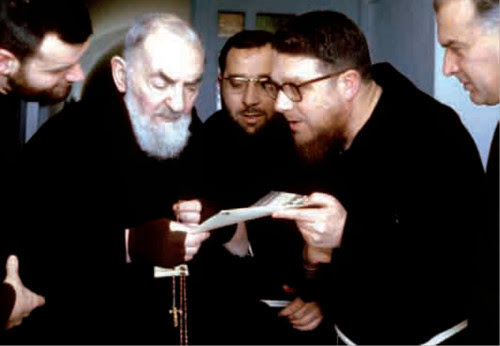 monseñor essef con padre pio