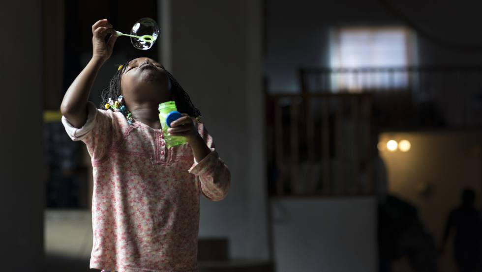 Una niña haitiana juega en un albergue para migrantes en México.