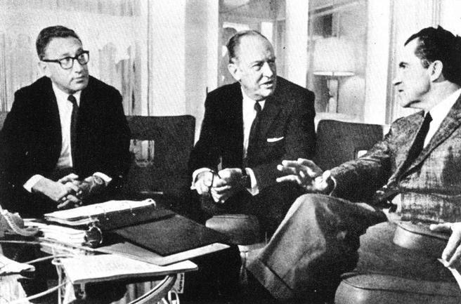 El secretario de Estado William Rogers, entre Richard Nixon y el hombre que le quitaría el puesto, Henry Kissinger. Tras la muerte de David Rockefeller, es el único miembro original del Club Bilderberg.