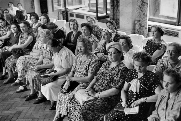 Зрители на показе мод. СССР, Москва, 1954 год.