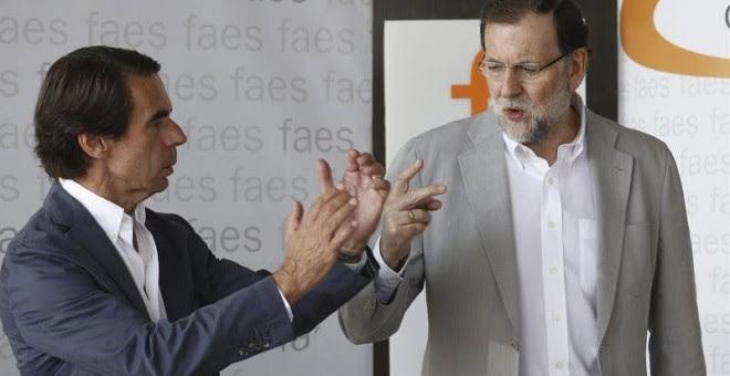 El presidente del Gobierno y del PP, Mariano Rajoy (d), junto al presidente de honor del PP y presidente de FAES, José María Aznar (i), durante la clausura del campus de verano organizado por esta fundación.- EFE/Sergio Barrenechea