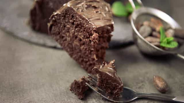 Prepare um bolo de chocolate cremoso e deixe a semana mais gostosa