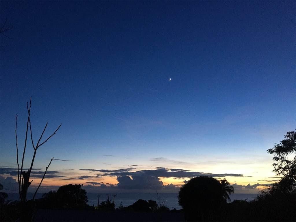 太陽が沈んだ後のグラデーションの空に白い三日月も。