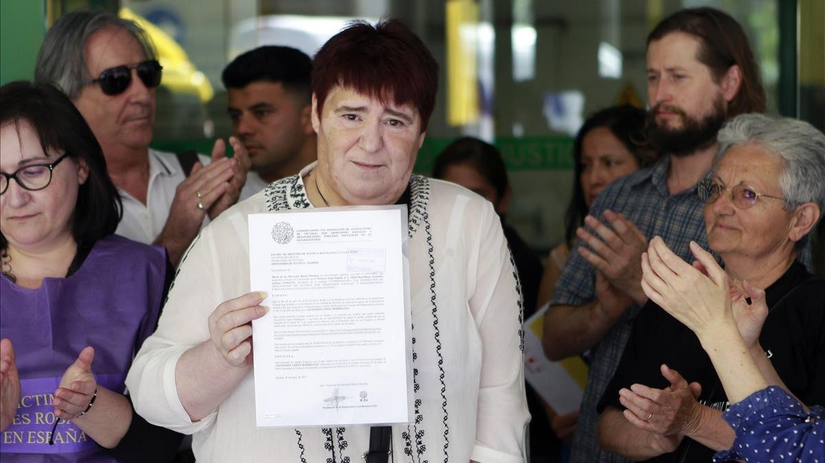 La presidenta de SOS Bebes Robados de Almeria Maria Ascension Lopez muestra la sentencia que la condena por un delito de injurias despues de decir que una monja habia organizado su adopcion