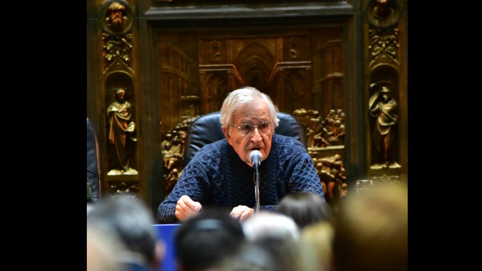 """""""Lula está solo en una celda y con visitas limitadas a una vez por semana"""" dijo el reconocido lingüista Chomsky."""