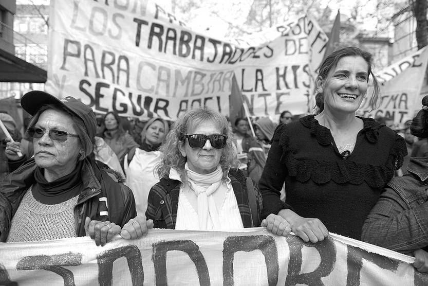 Marcha del PIT-CNT, ayer, en Avenida del Libertador. Foto: Santiago Mazzarovich