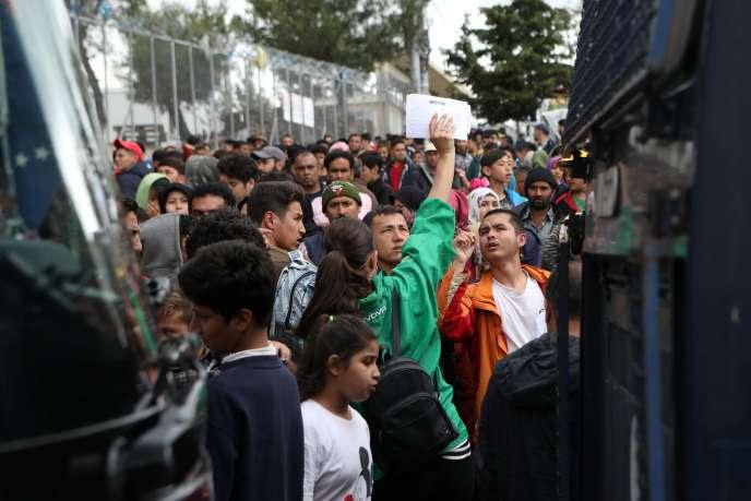 Dans le camp de Moria, sur l'île grecque de Lesbos, des migrants s'apprêtent à monter dans des bus afin d'être transférés, le 3 mai.
