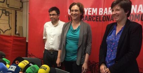 Ada Colau con Gerardo Pisarello, y Laia Ortiz, antes de la rueda de prensa tras su victorias en las municipales del 24-M. E.P.