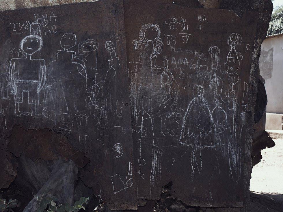 Ni las compañías mineras ni el Gobierno de Mozambique han proporcionado a estas comunidades información sobre los impactos de la mina ni estudios confiables sobre su salud. En la imagen, dibujos hechos en planchas de hierro fuera de la escuela Bagamoyo.