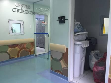 Lixo acumulado ao lado da porta do centro cirúrgico do Instituto Estadual de Cardiologia Aloysio de Castro, no Humaitá, na tarde de segunda-feira