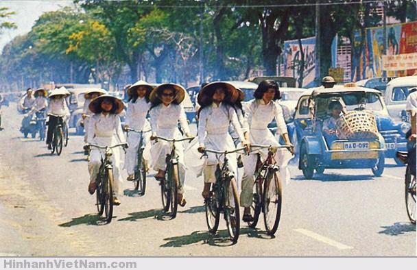 Nữ sinh SG thời xưa trong đồng phục áo dài trắng truyền thống